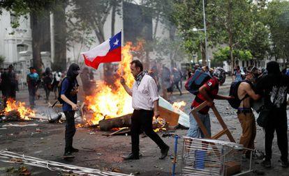 Un hombre sujeta este viernes una bandera de Chile durante las protestas en Santiago.