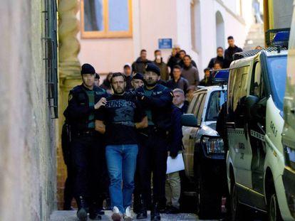 Agentes de la Guardia Civil trasladan al serbio Norbert Feher, Igor el Ruso, acusado del asesinato de dos guardias civiles y un ganadero, a su salida de los juzgados de Alcañiz (Teruel).