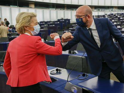 La presidenta de la Comisión Europea, Ursula von der Leyen, saluda al presidente del Consejo Europeo, Charles Michel, este miércoles en el Parlamento Europeo en Estrasburgo.