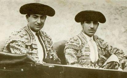 Joelito el Gallo y Juan Belmonte, camino de la plaza.