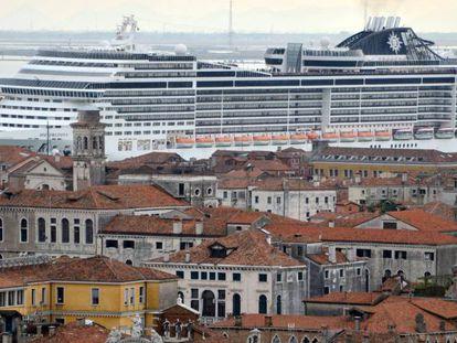 El crucero 'MSC Preziosa' en uno de los canales de Venecia.