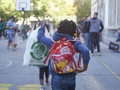 Los niños llegan al primer día de clase en el Colegio Público Víctor Pradera de Pamplona, Navarra.