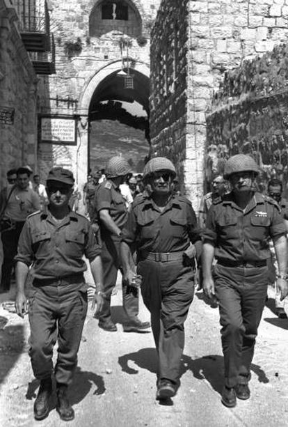 El 7 de junio de 1967 del entonces ministro de Defensa de Israel, Moshe Dayan, acompañado del entonces jefe del Estado Mayor, Isaac Rabín, y el comandante de Jersualén, Uzi Narkis, entrando por la Puerta de los Leones en la Ciudad Vieja de Jerusalén que había estado hasta horas antes en poder palestino, pero fue tomada por Israel, al igual que el resto de territorios palestinos, durante la Guerra de los Seis Días.