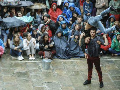 El público observa uno de los espectáculos callejeros de Fira Tàrrega (Lleida) de 2017.
