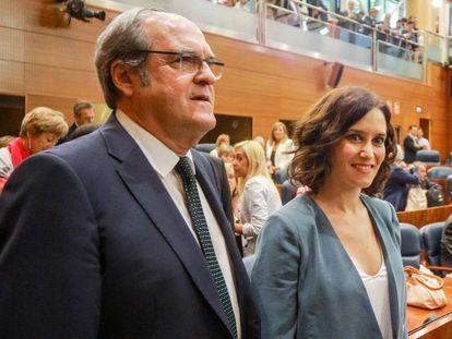El portavoz del PSOE en la Asamblea de Madrid, Ángel Gabilondo y la candidata del PP a la Presidencia de la Comunidad de Madrid, Isabel Díaz Ayuso, antes de la primera sesión del segundo pleno de la investidura.