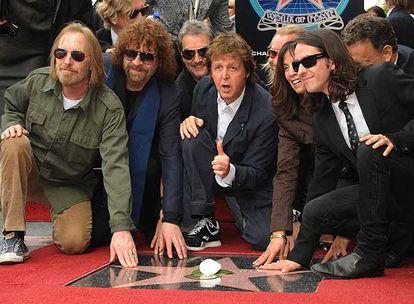McCartney, en el centro, rodeado de Tom Petty, Jeff Lynne, Olivia Harrison y Dani Harrison.