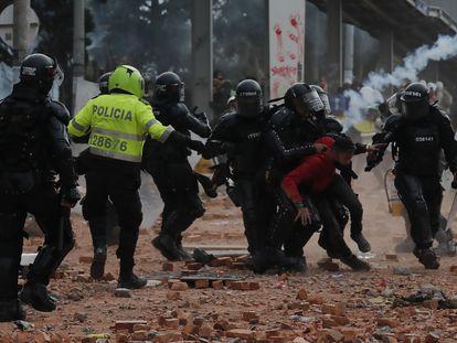 Miembros del Escuadrón Móvil Antidisturbios retienen a un manifestante durante una protesta en Madrid, municipio cercano de Bogotá, el pasado 28 de mayo.