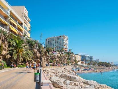 Playa del Bajondillo, en Torremolinos en el verano de 2019. La ciudad malagueña es uno de los destinos que se pretende rediseñar con las ayudas del Fondo de Recuperación Europeo.