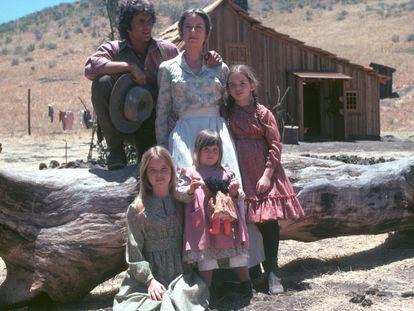 La familia Ingalls, protagonista de La casa de la pradera, al completo. A la derecha, Laura, quien en la realidad escribió la novela adaptada a la pequeña pantalla.