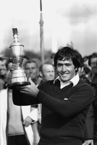 Severiano Ballesteros exhibe el trofeo que le acredita como campeón del Open Británico de 1979, a los 22 años.