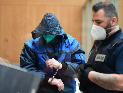 Un acusado comparece este martes en la sala de juicios de la prisión de alta seguridad de Stammheim en Stuttgart, Alemania.