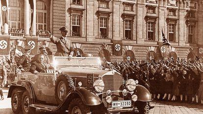 Hitler es saludado al llegar a la plaza de los Héroes de Viena en 1938.