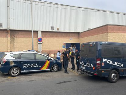 Agentes de Policía delante del polideportivo de Santa Amelia de Ceuta desde donde han sido repatriados 45 menores entre el viernes y el domingo.