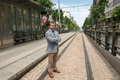 Julio Millán, el día 21 de mayo en una parada del tranvía de Jaén.
