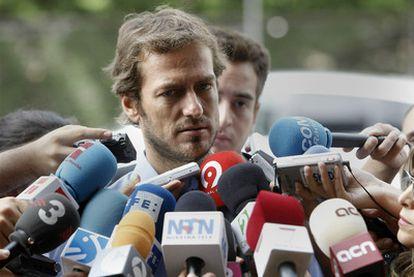 El secretario de Comunicación de los controladores, César Cabo, habla con la prensa ayer en Madrid.