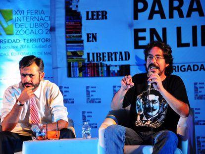 Pedro Salmerón (d), durante una conferencia en México.