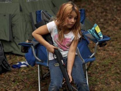 Brianna, de nueve años, integrante del North Florida Survival Group, que enseña a niños y adultos a manejar armas.