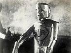 'Eric the robot at the model engineering exhibition'. L'automate radioguide Eric (concu en 1928 par WH RICHARDS et construit par l'ingenieur REFFELL d'apres le modele de Karel CAPEK (1890-1938) dans sa piece R.U.R pour Rossum's Universal Robots créée à Prague en janvier 1921, dans laquelle il emploie, pour la première fois, le mot robot). Photographie anonyme pour une carte postale de 1928. ©Collection IM/KHAR BIN E-TA PABOR (Album)