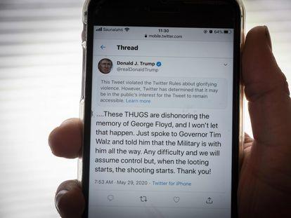 Imagen de un móvil en el que se muestra el mensaje de Trump sancionado por Twitter.
