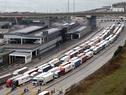 Decenas de camiones aguardan en Dover (Reino Unido) para embarcar en dirección a la costa norte francesa.
