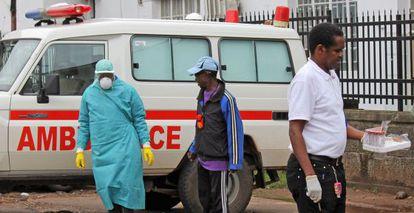 Personal médico en el hospital de Connaught, Freetown (Sierra Leona).