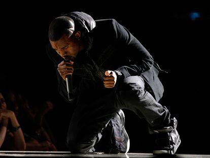 El rapero Kanye West calza las zapatillas Nike Air Yeezy 1 durante su actuación en los Grammy de 2008.
