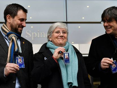 Clara Ponsatí posa junto a su credencial de eurodiputada en compañía de Toni Comín y Carles Puigdemont, en Bruselas, la semana pasada.