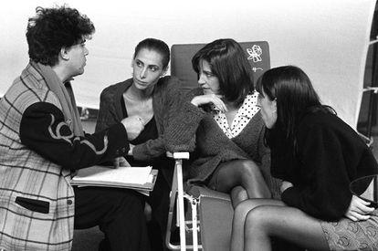 Pedro Almodóvar charla con tres de sus musas favoritas: María Barranco, Carmen Maura y Rossy de Palma, en una imagen de los años 80.