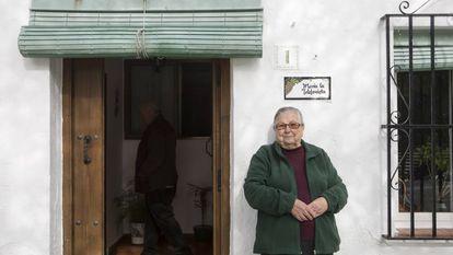 'María La Telefonista', de 89 años, bajo la placa con su nombre en Atajate, en Málaga.