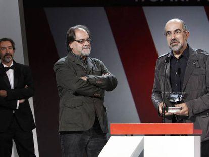 Josetxo Moreno, con el premio del público del festival de San Sebastián 2013 para 'De tal padre, tal hijo', de Kore-eda. A su lado, Otilio García.