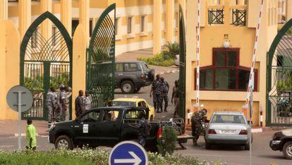 Un grupo de soldados, a las puertas de varios ministerios en Bamako.