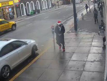 El sospechoso, de 27 años y vestido con un gorro de Santa Claus, disparó la mañana de Navidad a los ocupantes de un coche, los cuales consiguieron huir de la zona