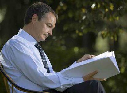 El presidente del Gobierno, José Luis Rodríguez Zapatero, en los jardines de La Moncloa el pasado viernes, antes de la entrevista.