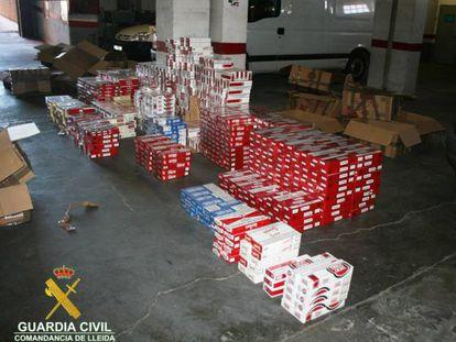 Imagen tomada por la Guardia Civil del almacén utilizado por la trama como centro de operaciones.