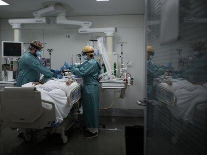 Unidad de cuidados intensivos para pacientes de coronavirus del Hospital de la Santa Creu i Sant Pau de Barcelona el 28 de octubre de 2020.