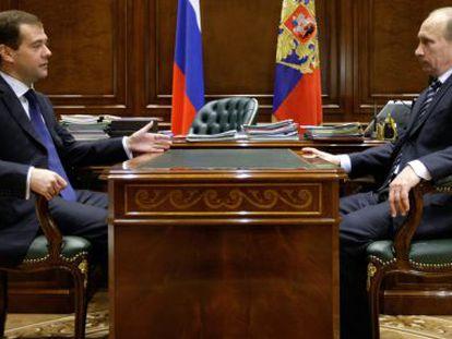 Dmitry Medvedev y Vladimir Putin, durante una reunión en 2009.