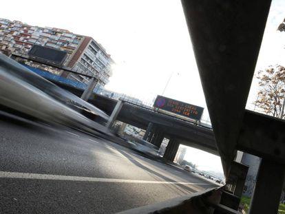 Panel informativo en la M-30 en el que se anuncia que a partir del 1 de enero entran en vigor nuevas restricciones a los vehículos más contaminantes.