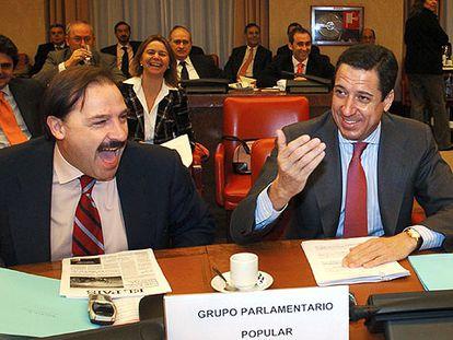El portavoz del Grupo Popular, Eduardo Zaplana, el diputado Vicente Martínez Pujalte y otros comisionados del PP.