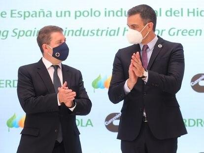 El presidente de Castilla-La Mancha, Emiliano García-Page (izquierda), y el presidente del Gobierno, Pedro Sánchez, el lunes en un acto en Toledo.