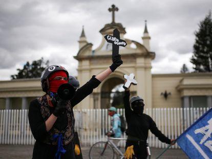 Una manifestante en Bogotá sostiene una cruz durante una protesta contra el incremento de las masacres en Colombia.