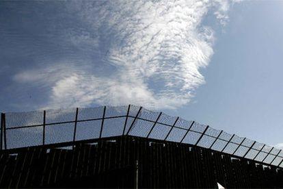 En la imagen, una parte de la valla que separa las fronteras.
