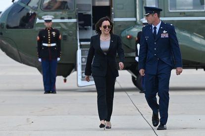 La vicepresidenta de Estados Unidos, Kamala Harris, en la base aérea de Andrews en Maryland este domingo.