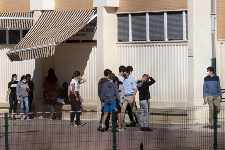 Un grupo de alumnos, en el recreo del colegio Alberto Durero de Sevilla.