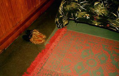 'Slippers' de Gucci junto a una alfombra del artista F. Taylor Colantonio, que también trabaja en este estudio. |
