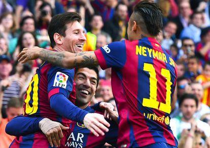 Suárez festeja con Messi y Neymar un gol al Valencia.