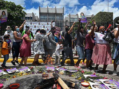 Un grupo de personas celebra a las puertas de la Corte Suprema de Justicia de Honduras la condena contra David Castillo Mejía como coautor del homicidio de la ambientalista Berta Cáceres.