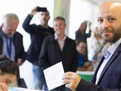 Luís Villares, en un colegio electoral de Lugo en 2016.
