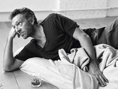 La camiseta es de Haider Ackermann; el pantalón, de Paolini; la manta y el vaso, imprescindibles, de Hermès