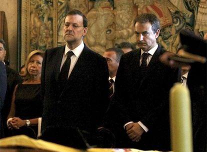 El líder del PP, Mariano Rajoy, junto al presidente del Gobierno, José Luis Rodríguez Zapatero, en la capilla ardiente de los agentes asesinados.