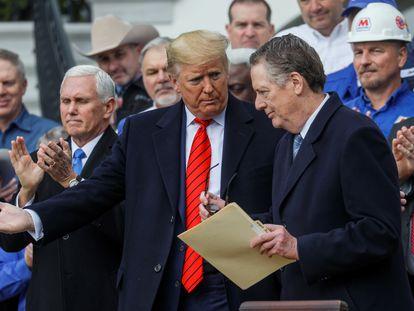 El presidente de Estados Unidos, Donald Trump, conversa con el representante comercial Robert Lighthizer, en enero.